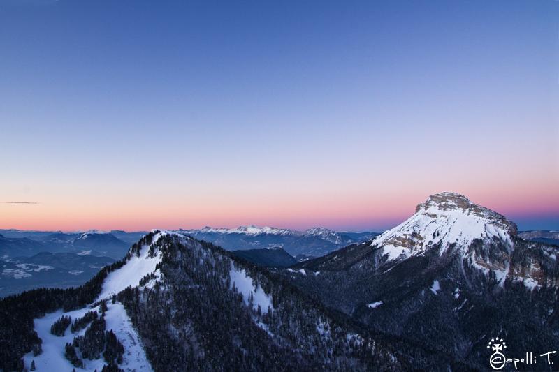 lever du soleil depuis pravouta avec une vue sur chamechaude et le bec charvet plein de neige